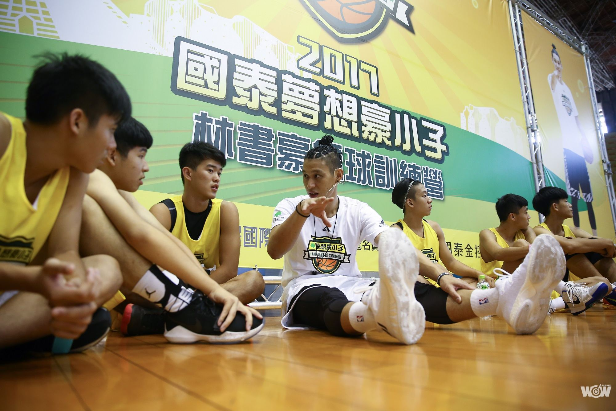 林書豪: 林書豪與學員討論籃球
