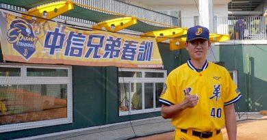 《棒球》王建民披黃衫40號 鄭錡鴻攜手執教有默契